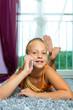 Familie - Kind telefoniert mit Handy oder Smartphone