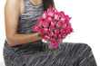 Junge Frau hält rosa Rosenstrauss