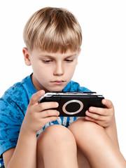konzentrierter junge spielt ein computerspiel