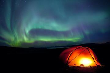 Nordlichter über einem Trekkingzelt