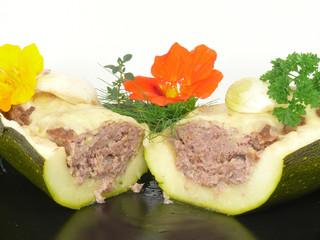 Zucchini mit Fleischfüllung