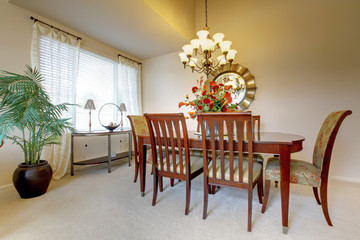 Dining room with clasic elegant furniture.