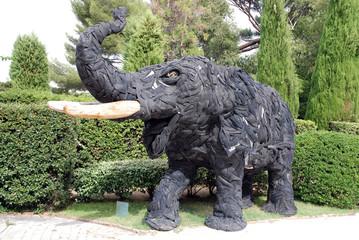 Eléphant sculpté avec de vieux pneus