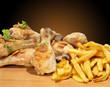 Muslos de pollo con patatas fritas.