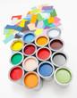 Bunte Farbdosen mit Farbkarten