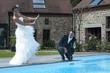 jeunes mariés au bord d' une piscine