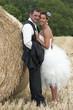 couple de jeunes mariés dans le foin