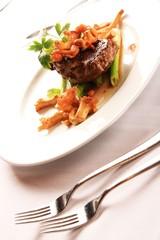 Steak auf Stangensellerie garniert mit Pfifferlingen