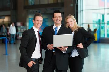 Freundliche Business-Gruppe mit Laptop