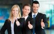 Motivierte Business-Gruppe mit  Daumen hoch