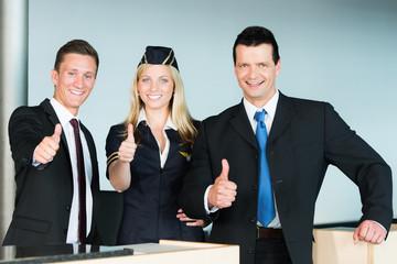 Flughafenangestellte zeigen Daumen hoch