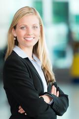Business-Frau verschränkt die Arme