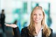 Business-Frau mit offener Handfläche