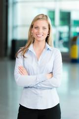Lächelnde Business-Frau mmit gekreuzten Armen
