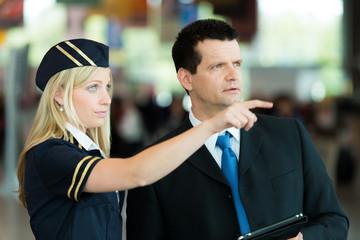 Stewardess zeigt Business-Mann etwas