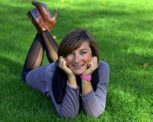jeune femme qui se détend dans l'herbe