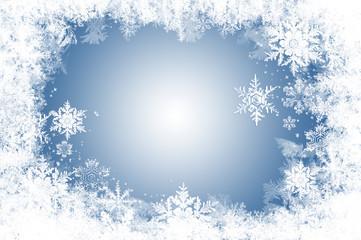 natürliche Eiskristalle und Schnee auf Blau