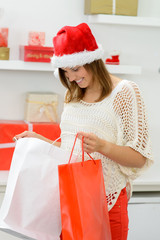 junge frau beim weihnachtseinkauf