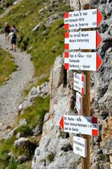 Dolomiti, Italia - indicazioni dei sentieri - monte Catinaccio