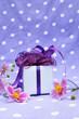 Geschenk dekoriert mit Blumen - Hochformat
