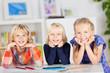 drei lachende kinder