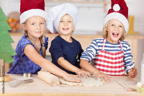 drei mädchen in der weihnachtsbäckerei