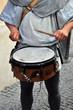 suonatore di tamburo in abiti medievali