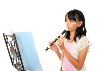 リコーダーを演奏する女の子