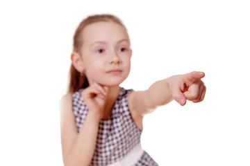 девочка указывает пальцем вперед