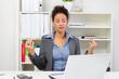 Frau meditiert im Büro