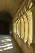 Colonne di un vecchio monastero francese al tramonto