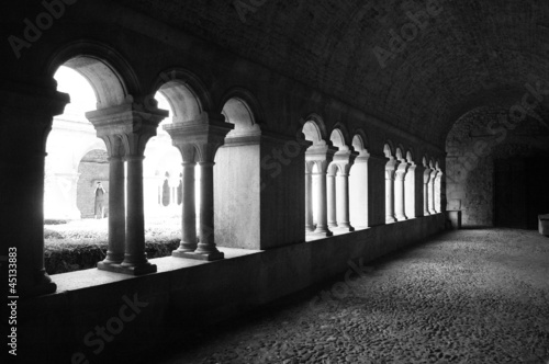 Interno di un monastero francese in bianco e nero