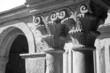 Capitello in bianco e nero di un monastero in Francia