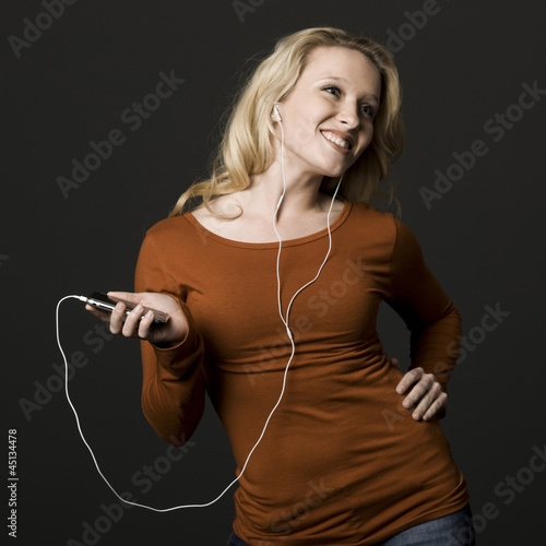 woman with an mp3 player