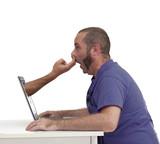 Doigts dans le nez devant l'écran d'ordinateur