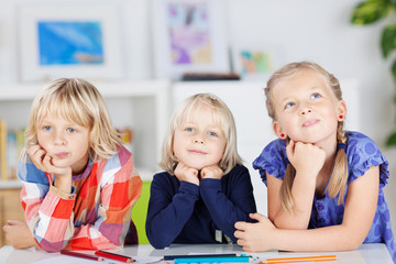 drei kinder denken nach