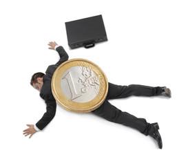 Joven ejecutivo aplastado por una moneda de euro.