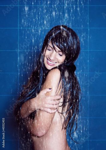 water-spa 06/ Frau genießt erfrischende Dusche
