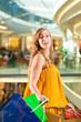 Junge Frau beim Shoppen in einer Mall