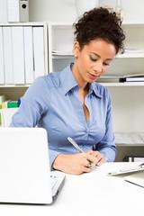 Frau arbeitend im Büro