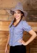 Lächelnde junge Frau mit Hut