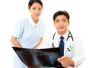診断中の医師と看護師