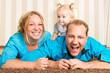 lachende familie zu hause