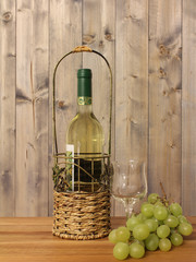 Weinflasche mit Weinglas und Trauben