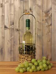 Flasche Wein mit Trauben
