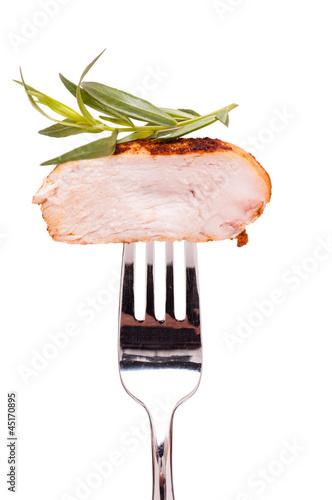 Hühnerbrust mit Estragon auf einer Gabel