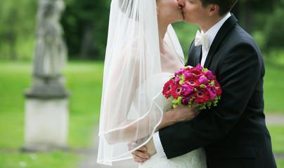 braut und bräutigam küssend