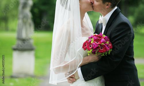 canvas print picture braut und bräutigam küssend