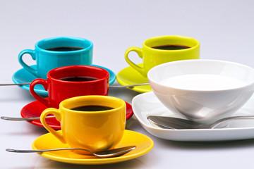 Tazzine di caffè e tazza di latte