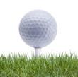 Golfball auf Tee im Golfrasen